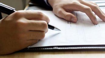 Persona rellenando nuevos formularios para presentación concurso acreedores