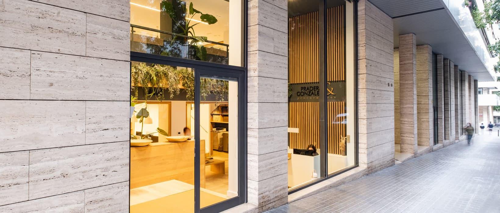 Primer plano de la entrada al despacho Pradera González Procuradores en la calle Oiso 18 de Barcelona