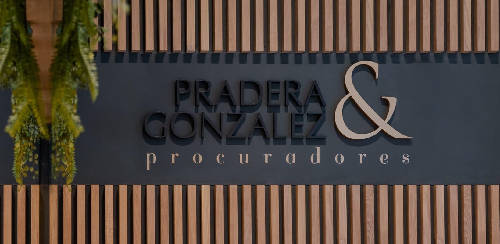 Primer plano del rótulo del despacho Pradera González Procuradores en la calle Oiso 18 de Barcelona